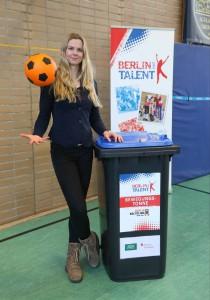 Britta Steffen bei der Übergabe der ersten Bewegungstonnen an Berliner Grundschulen am 17.3.2016 (Quelle: LSB/Engler)