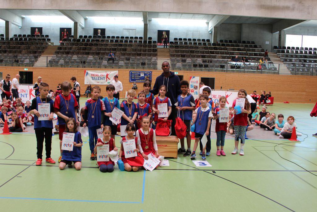 Die Sieger der Talentiade in Treptow-Köpenick mit dem ehemaligen Basketball-Profi Chris Owens.