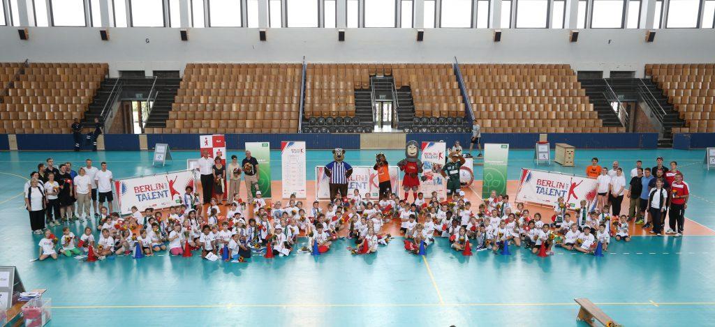Gruppenbild mit Teilnehmern und Helfern, ©Juergen Engler