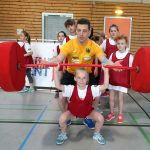 Robert Joachim leistet einem Kind Hilfestellung