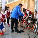 Kinder fahren auf dem Rennrad