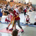 Kinder probieren sich im Judo