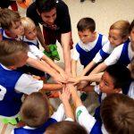 Kinder fassen sich an den Händen