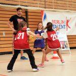 Mädchen spielen Basketball auf der Talentiade