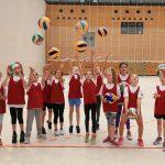 Kinder üben Volleyball auf der Talentiade
