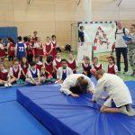 Kinder verbeugen sich vor dem Mattenkampf