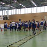 Kinder laufen über die Koordinationsleiter