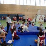 Kinder üben sich im Mattenkampf