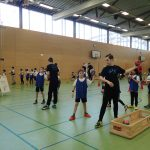 Kinder werfen einen Handball