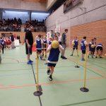 Kinder dribbeln auf der Talentiade