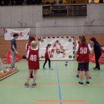 Kinder probieren sich im Handball