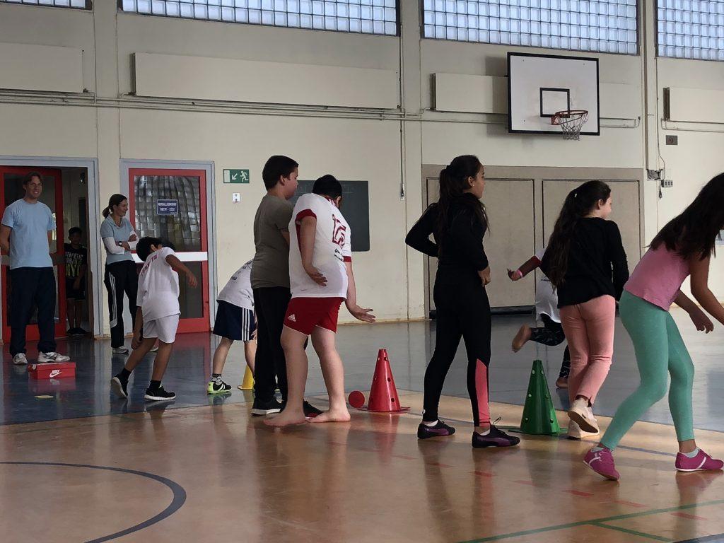 Kinder der Bewegungsfördergruppe treiben Sport