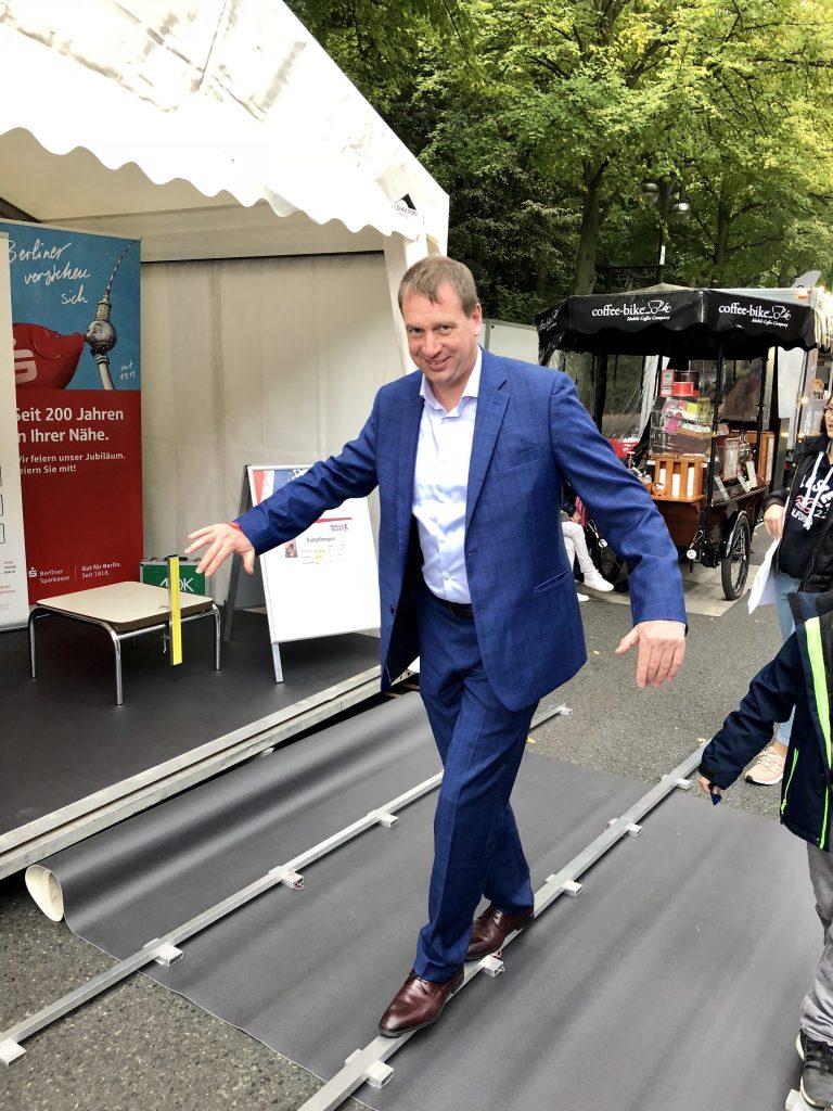 Der Staatssekretär für Sport Aleksander Dzembritzki probiert eine Station des DMT