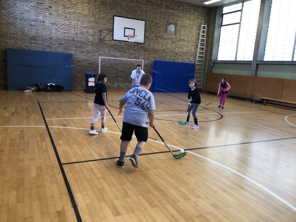 Kinder der Erwin-von-Witzleben-Grundschule spielen Hockey