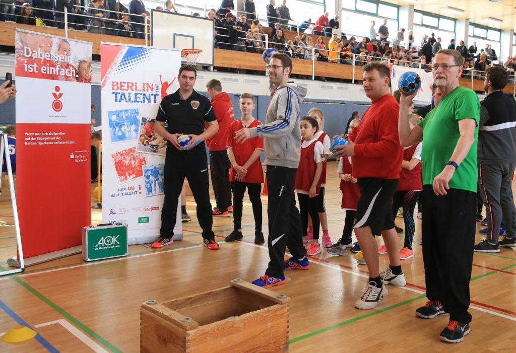 Torwurf aufs Handballtor. Friedhard Teuffel, Tillman Wormuth und Thomas Härtel (v.l.). Foto: Engler