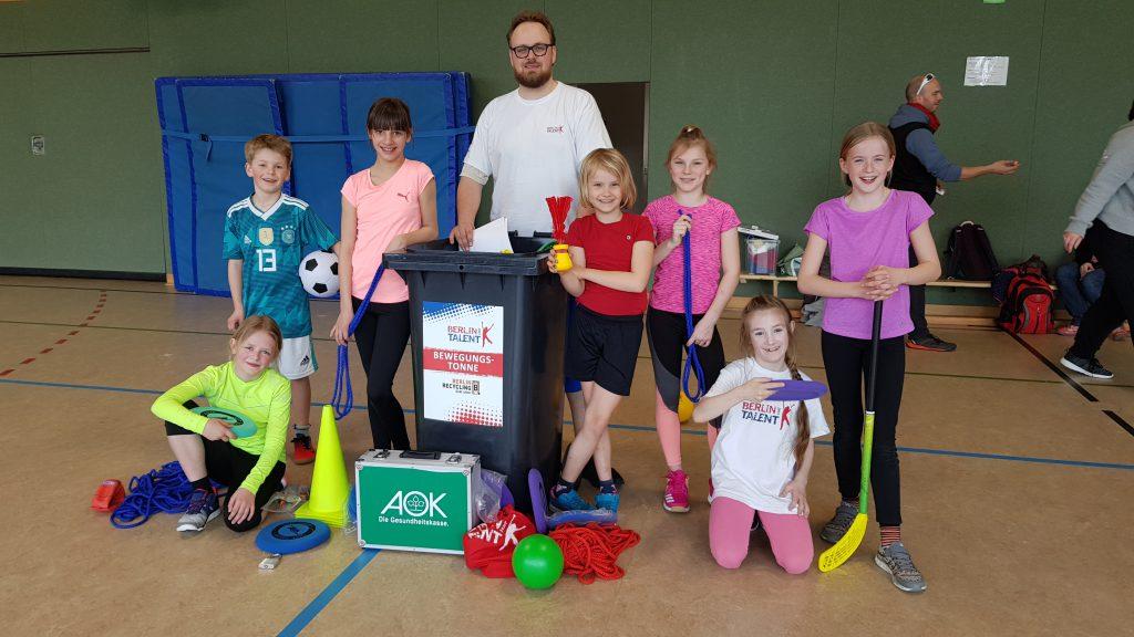 Die Kinder der Talentsichtungsgruppe erkunden gemeinsam mit ihrem Übungsleiter Florian Pätzolt die Bewegungstonne