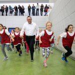 Bezirksbürgermeister Oliver Igel sprintet mit den Kindern