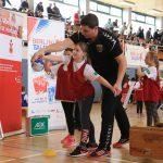 Kind spielt Handball