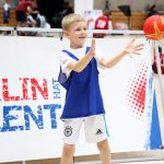 Kind fängt Handball