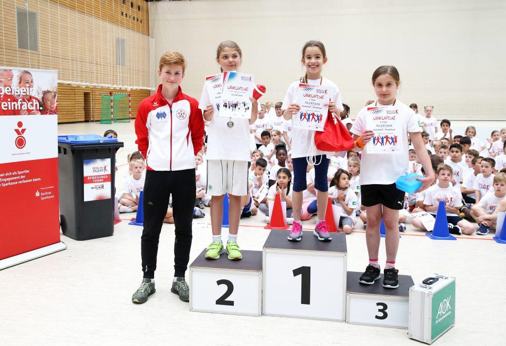 Miklos überreichte den Nachwuchstalenten die Medaillen Foto Juergen Engler