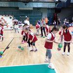 Kinder prellen einen Handball