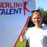 Fünfkämpferin Annika Schleu am Stand von BERLIN HAT TALENT
