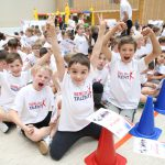 Kinder freuen sich über ihre Urkunden