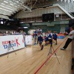 Kinder sprinten in der Halle