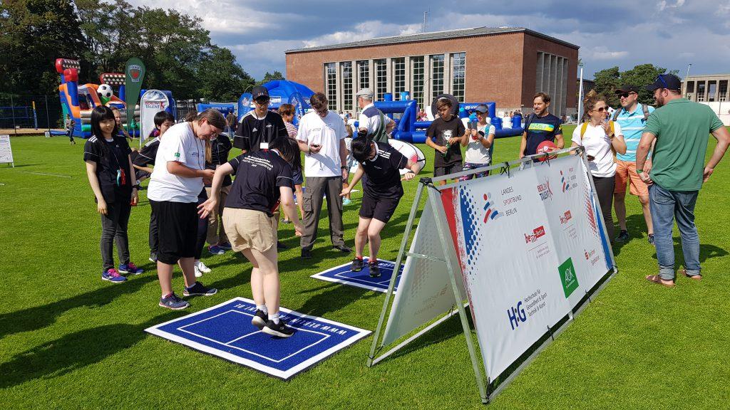 Teilnehmer/-innen des Deutsch-Japanischen-Simultanaustausches der Sportjugend beim Seitlichen Hin-und-Herspringen
