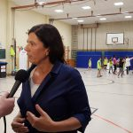 Sandra Scheeres gibt ein Interview während Kinder spielen