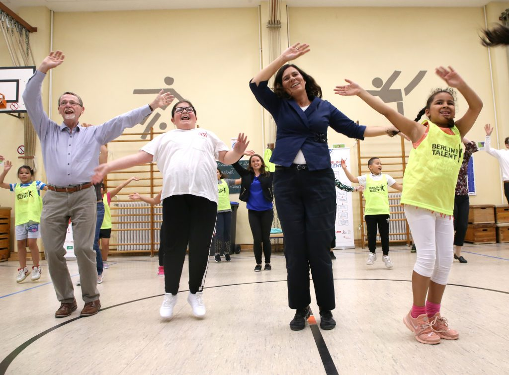Gruppe tanzt und lacht