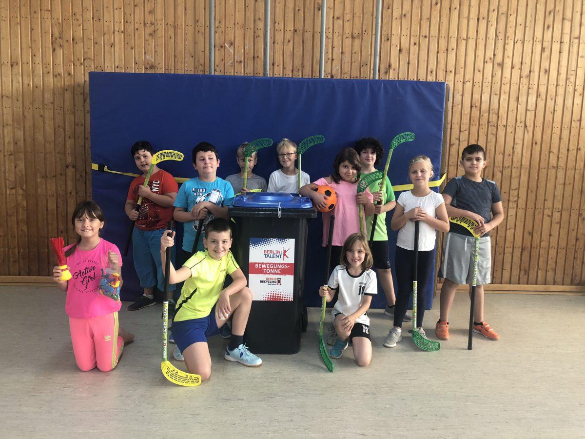 Die Kinder freuen sich über ihre neuen Sportgeräte