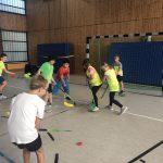 Kinder spielen mit neuem Hockey-Set