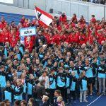 Berliner Athletinnen und Athleten laufen im Berliner Olympiastadtion ein
