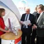 Bundespräsident Frank-Walter Steinmeier zusammen mit LSB-Präsident Thomas Härtel am Stand von BERLIN HAT TALENT