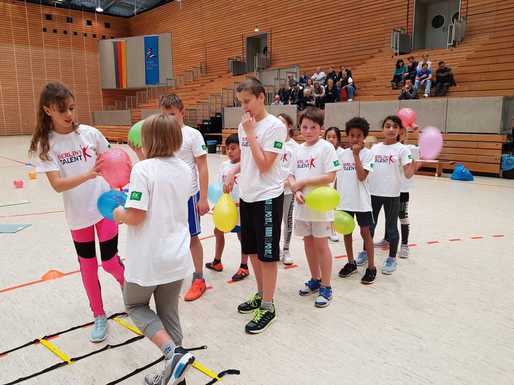 Kinder der Talentsichtungsgruppe im koordinativen Spiel