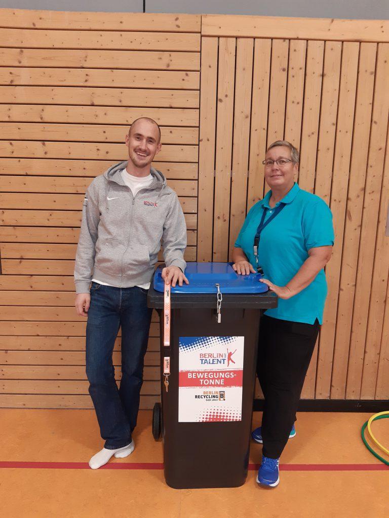 Übergabe der Bewegungstonne an Frau Radeklau von der Borsigwalder Grundschule