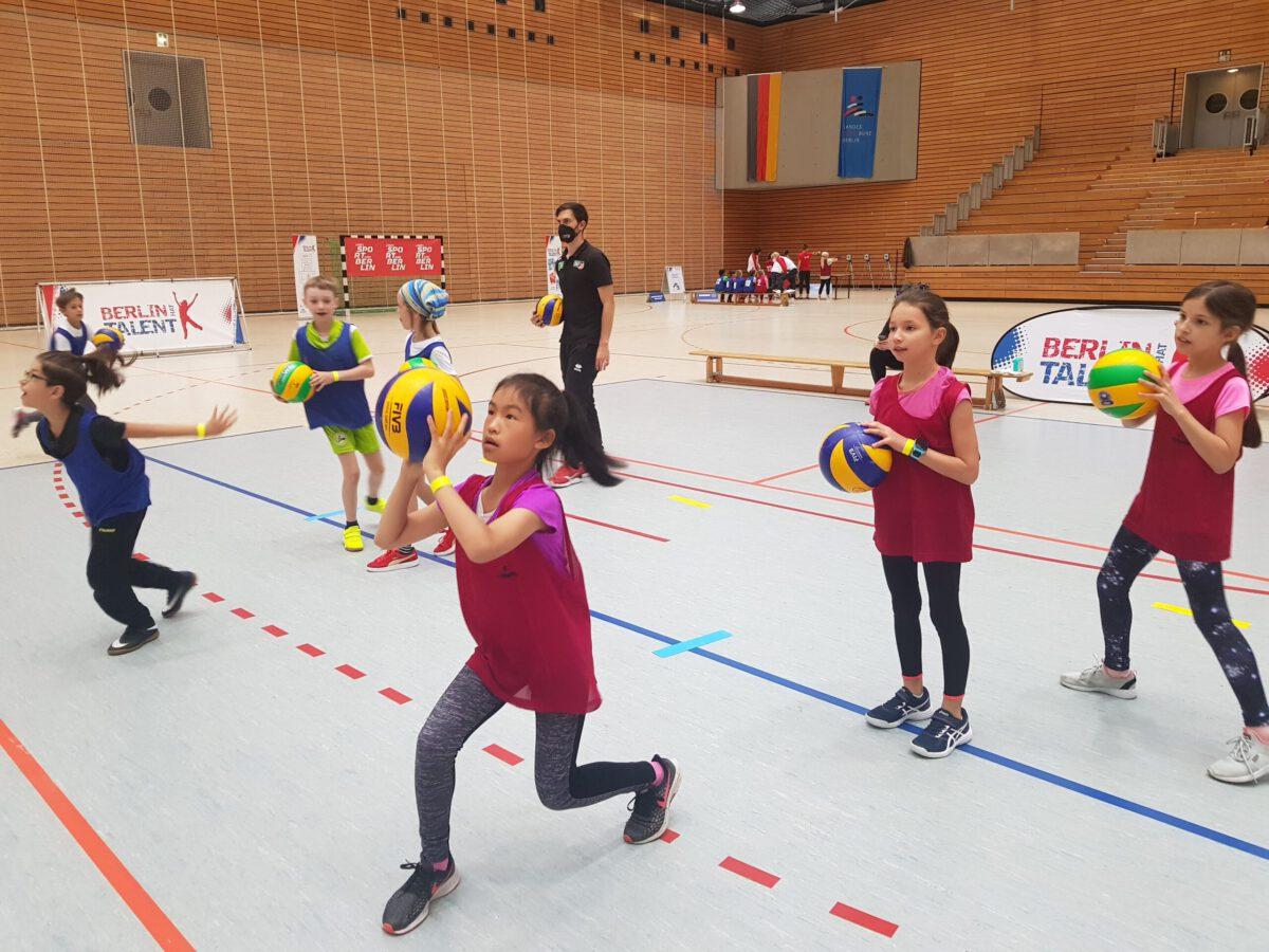 Die Teilnehmer*innen an der Volleyball-Station