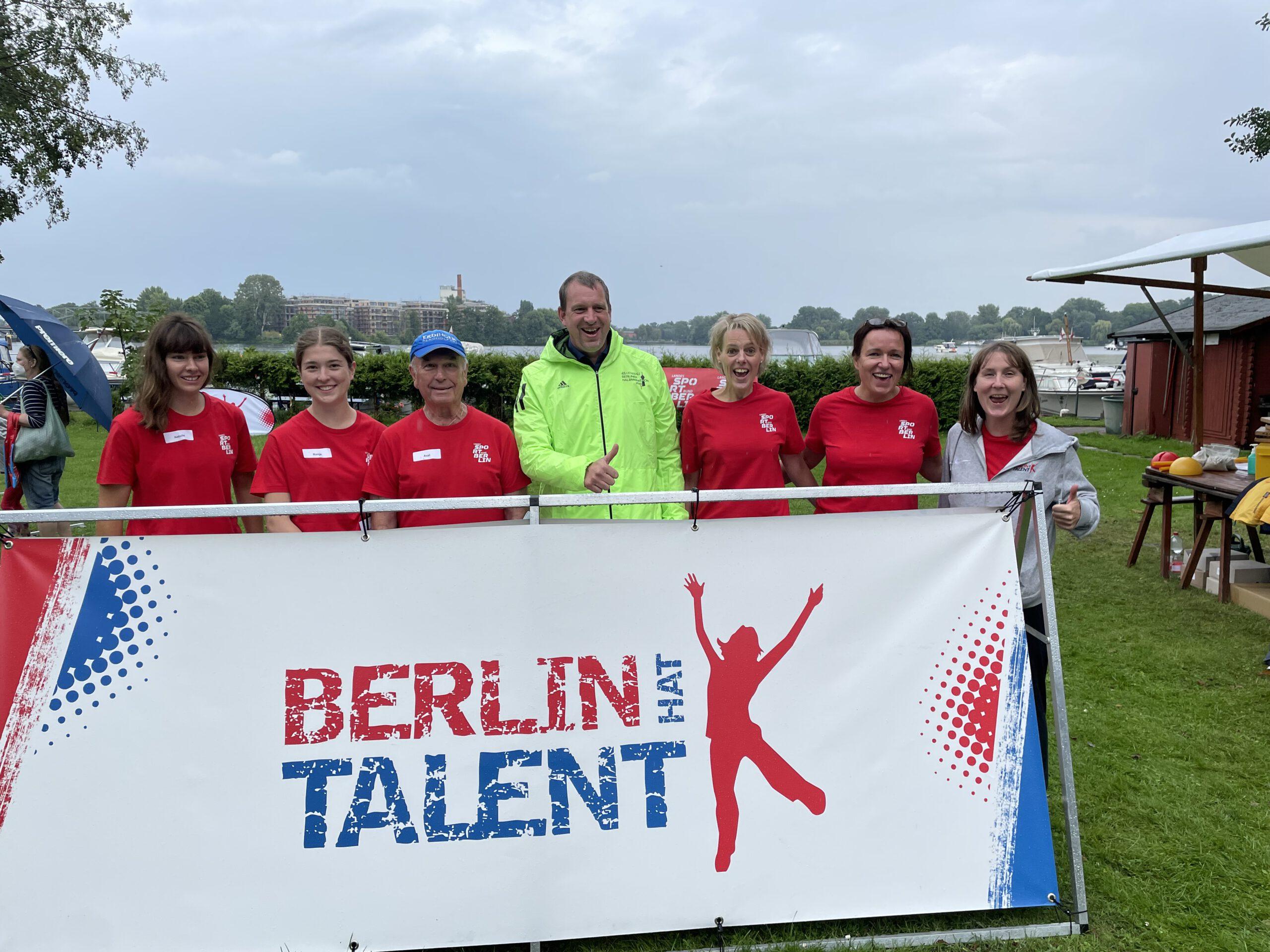 Staatssekretär - Aleksander Dzembritzki besucht den BHT-Strand beim Familiensportfest in Spandau