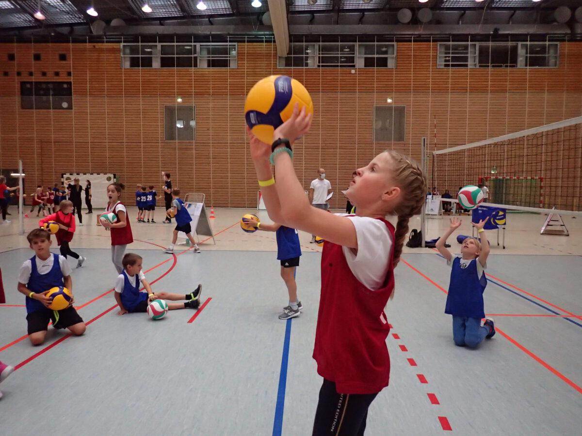 Kinder probieren sich beim Volleyball