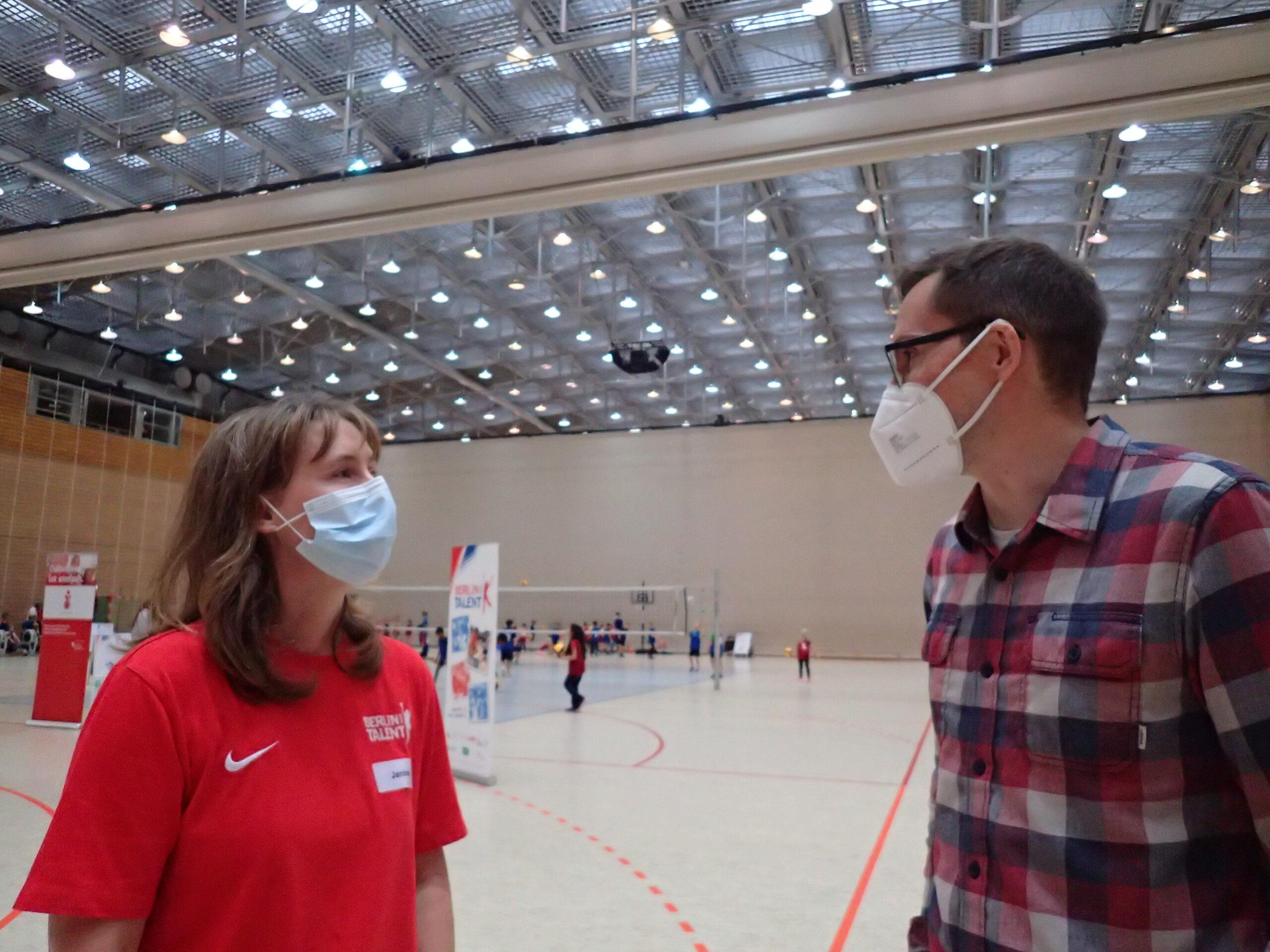 Markus Rieger von der Senatsverwaltung für Inneres und Sport im Gespräch mit der Programmleiterin Janine Gegusch